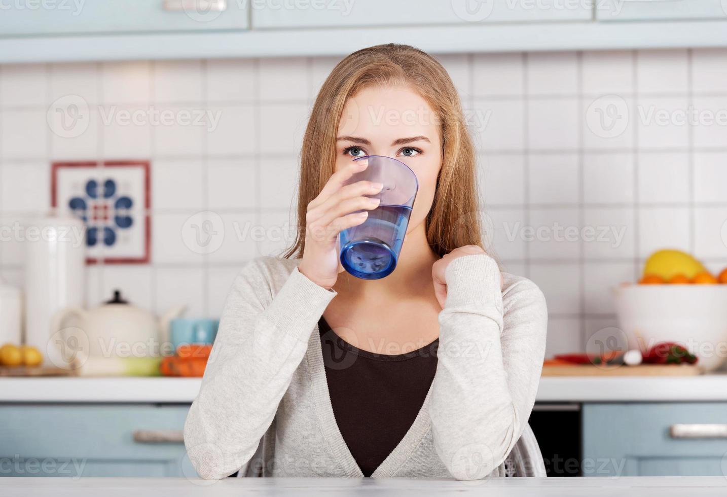 bella donna caucasica seduto in cucina foto