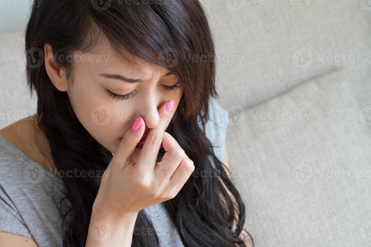 donna malata soffre di influenza, raffreddore, naso che cola, caucasico asiatico foto