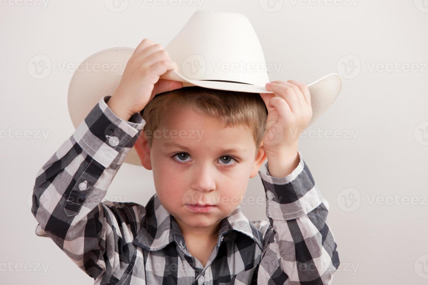 persone vere: cowboy serio bambino caucasico spalle spalle foto