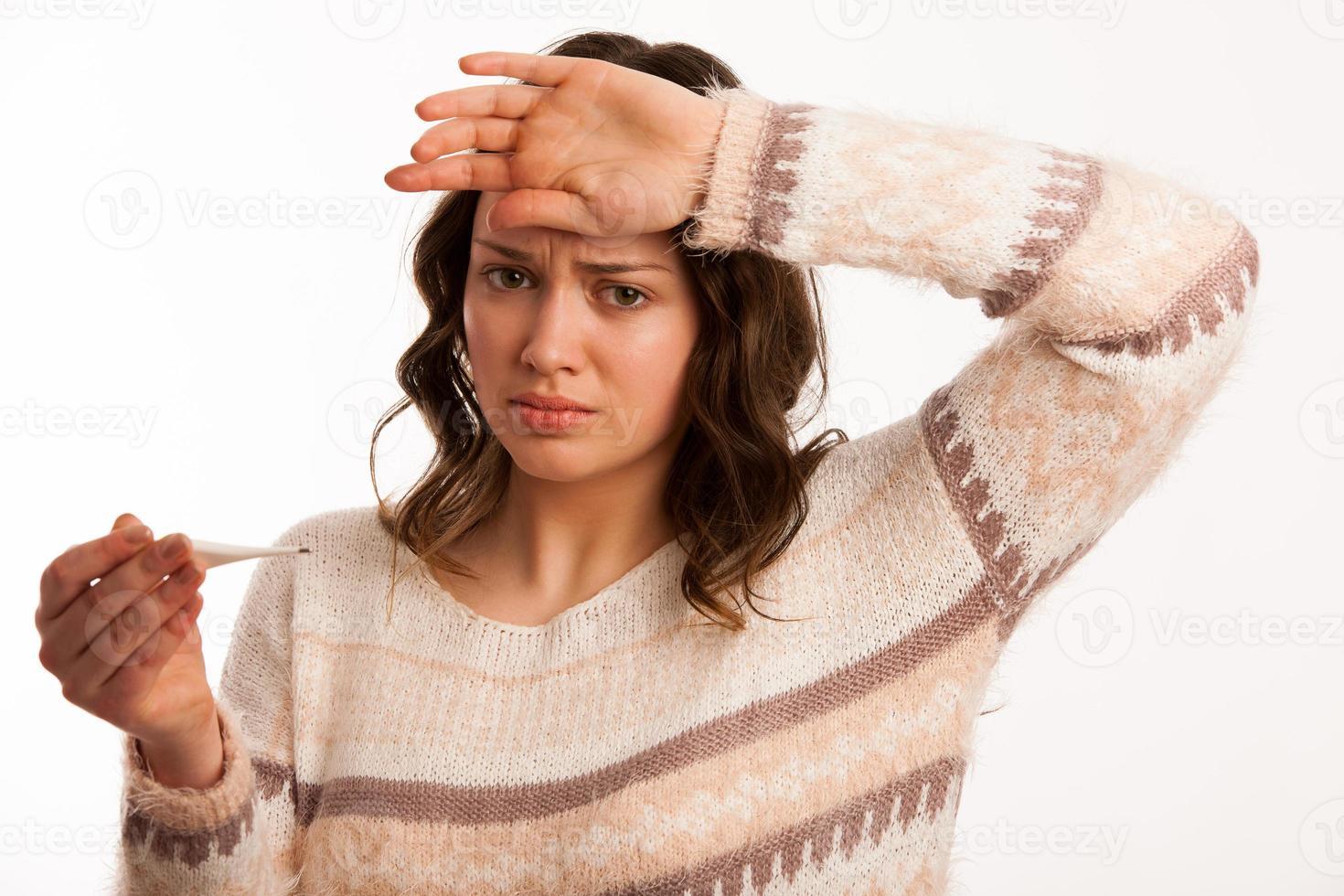 donna caucasica asiatica con il termometro della holding di febbre e di influenza foto
