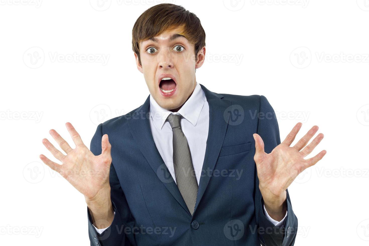 gesto beffardo di un uomo d'affari caucasico su uno sfondo bianco foto