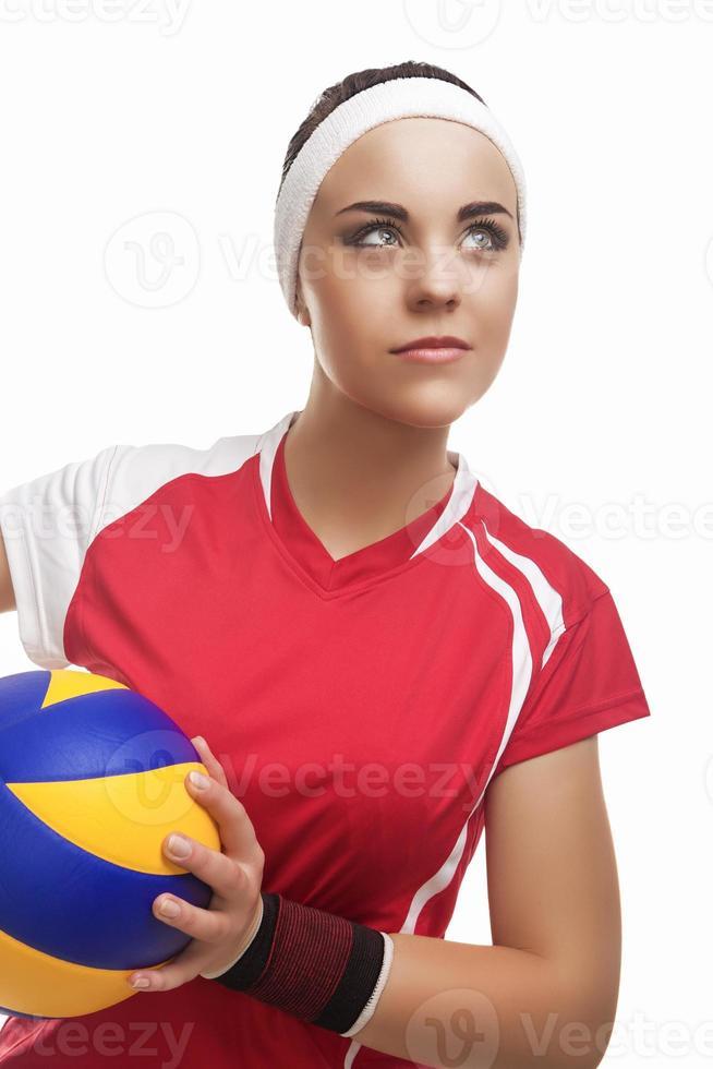 giocatore di pallavolo femminile professionale caucasico dotato nel cercare vestito da pallavolo foto