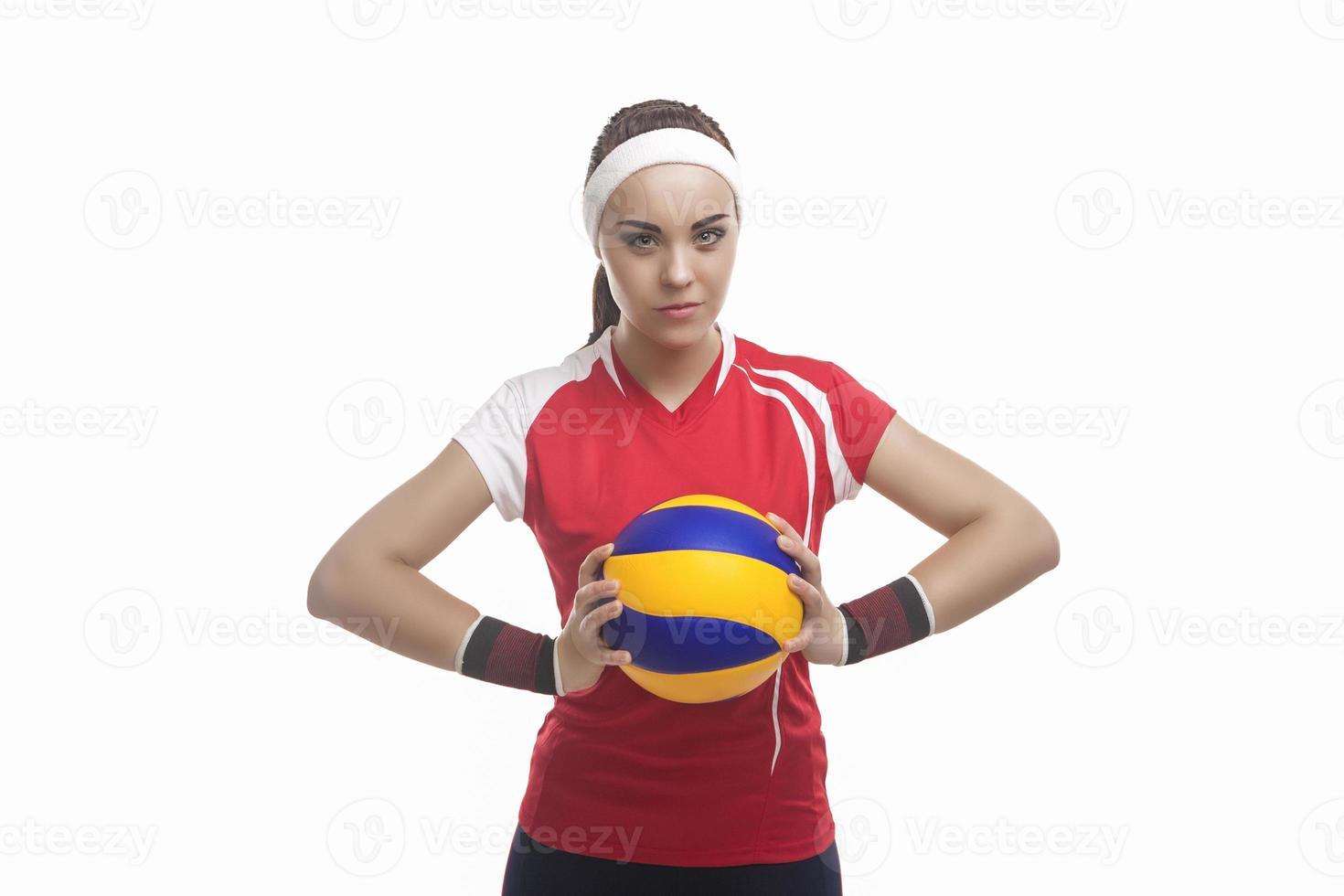 Ritratto del giocatore di pallavolo femminile professionale caucasico dotato in attrezzatura di pallavolo foto