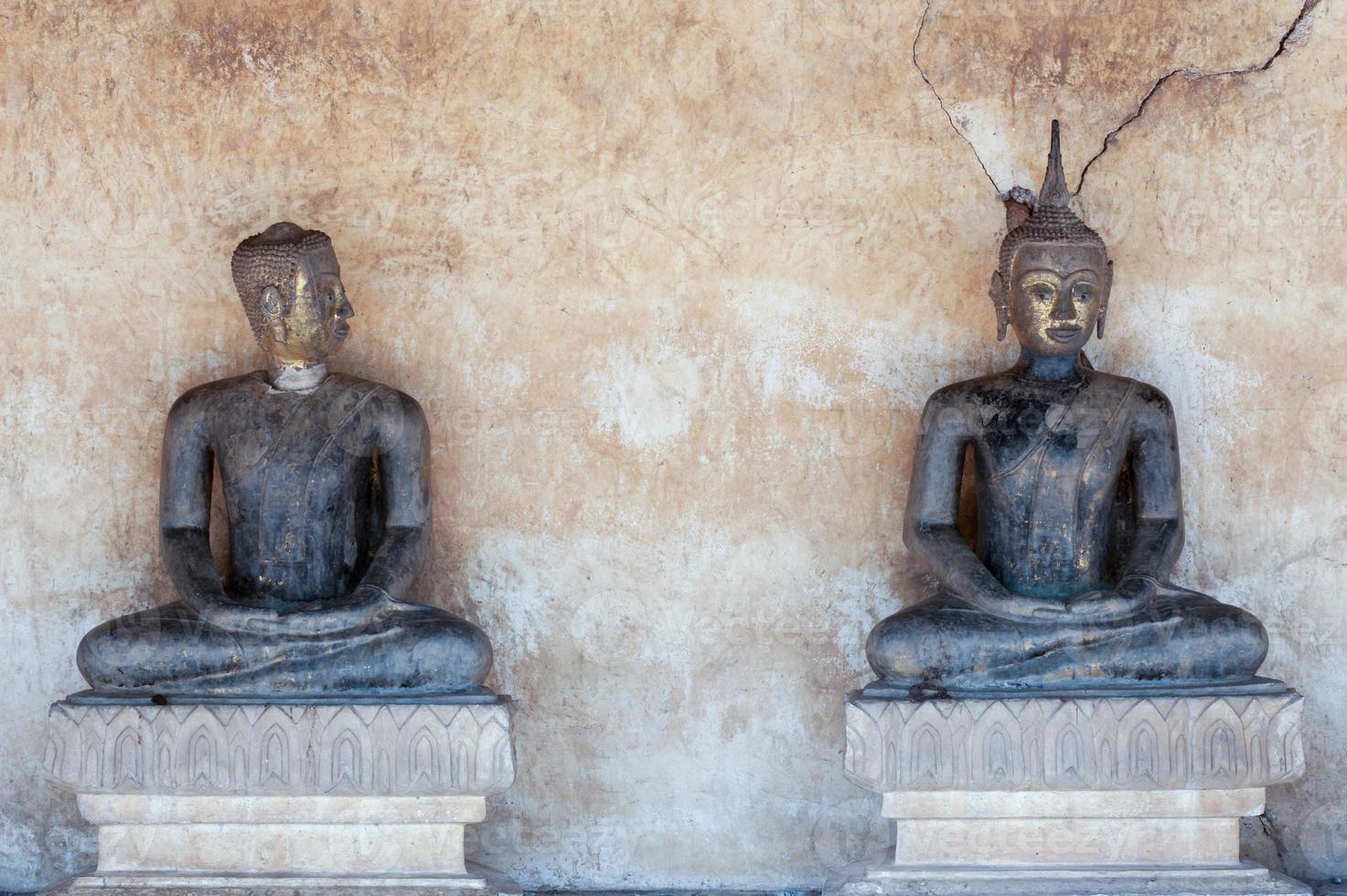 antica statua di buddha foto