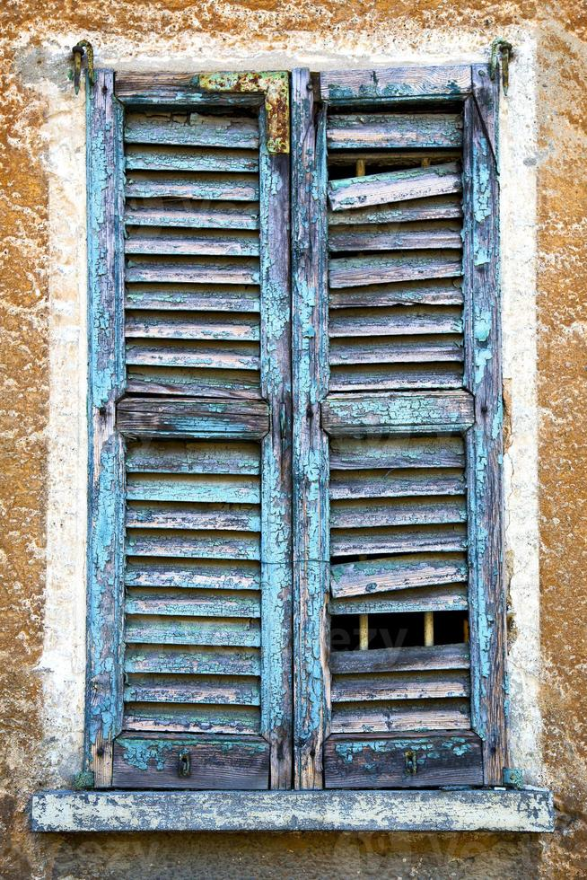 castiglione olona finestra verde il bianco foto