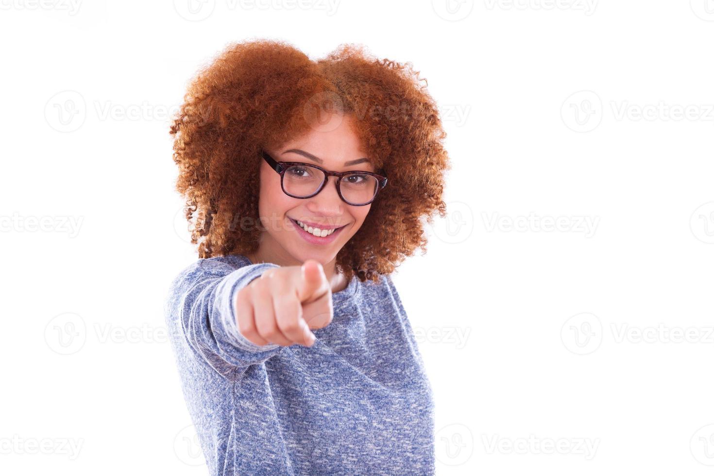 giovane ragazza afro-americana che punta il dito verso il ghiaione foto