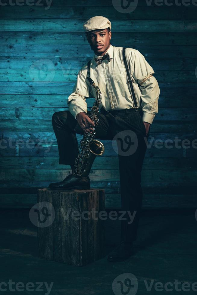 musicista jazz afroamericano con sassofono. foto