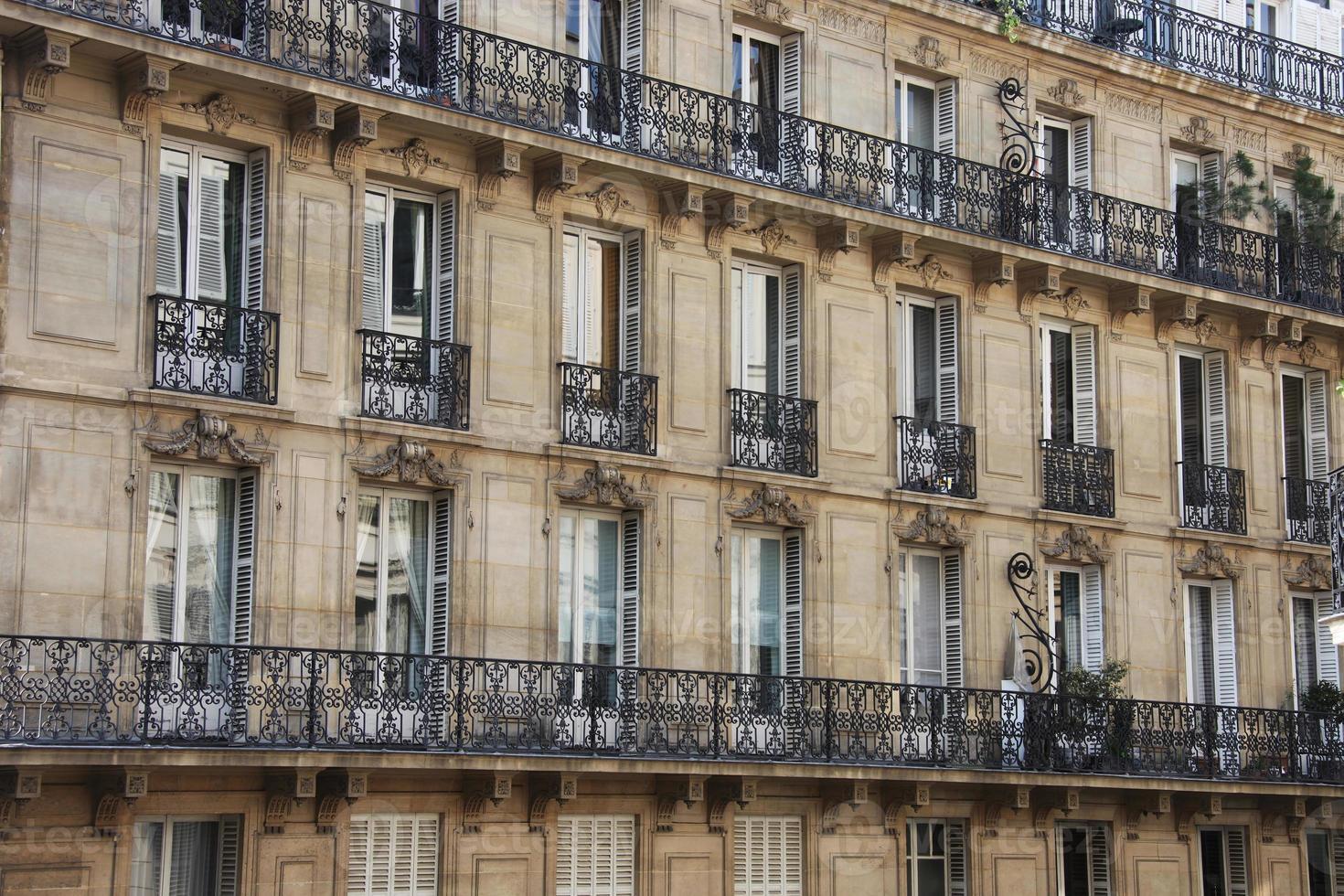 la facciata, finestre e balconi delle case foto