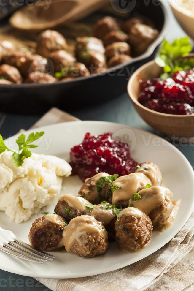 polpette svedesi fatte in casa con salsa di panna foto