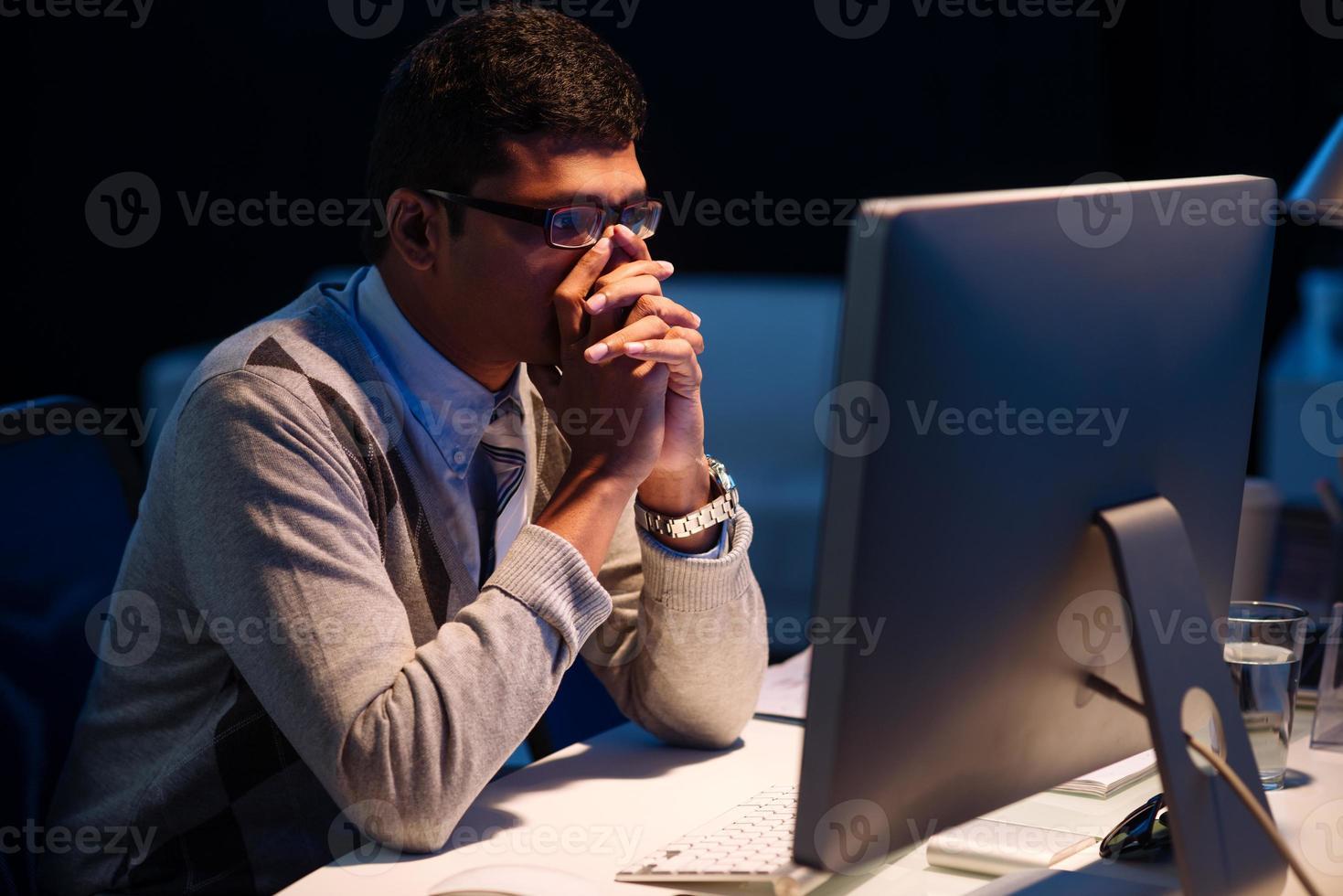 stressato uomo d'affari oberati di lavoro foto