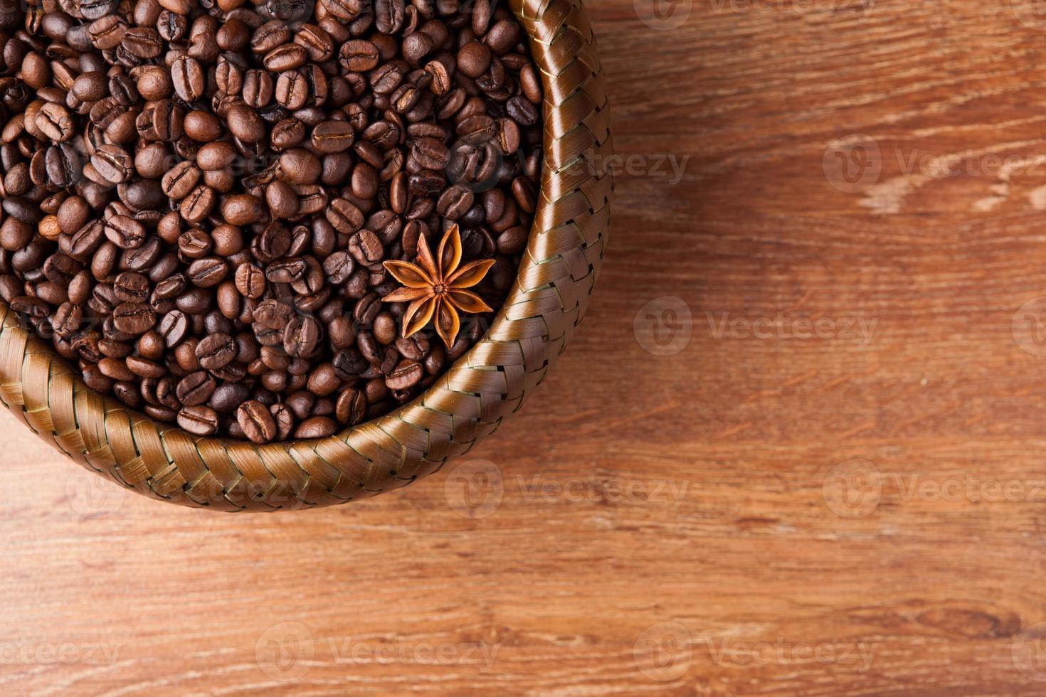 chicchi di caffè tostati in un cestino di bambù foto