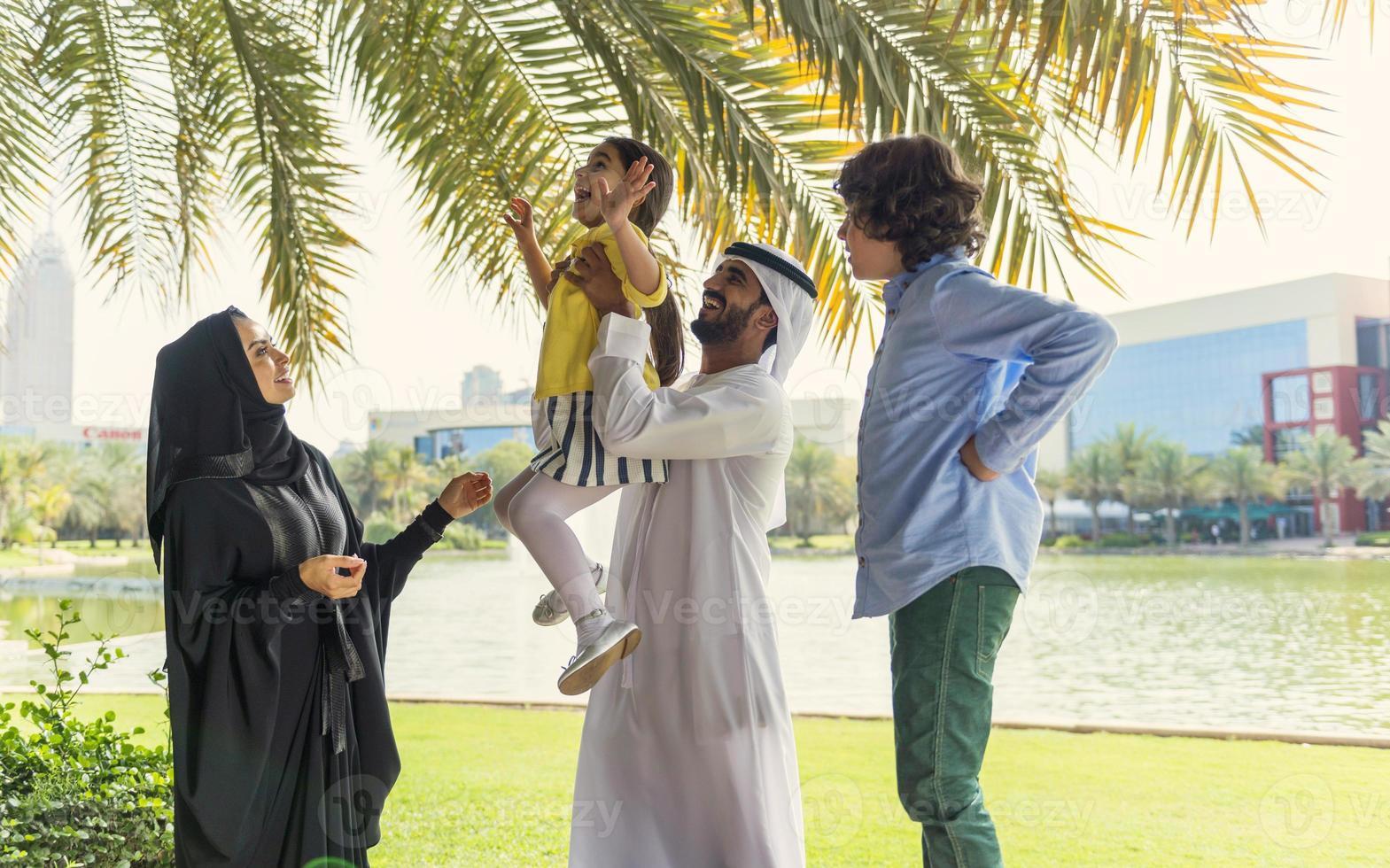 famiglia emirati fotografata in un parco foto