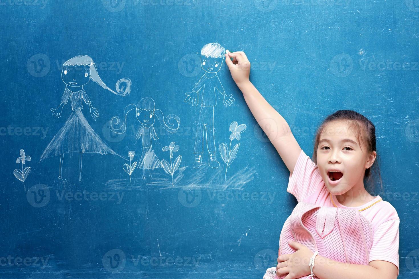 ragazza che disegna la mia famiglia sulla lavagna foto