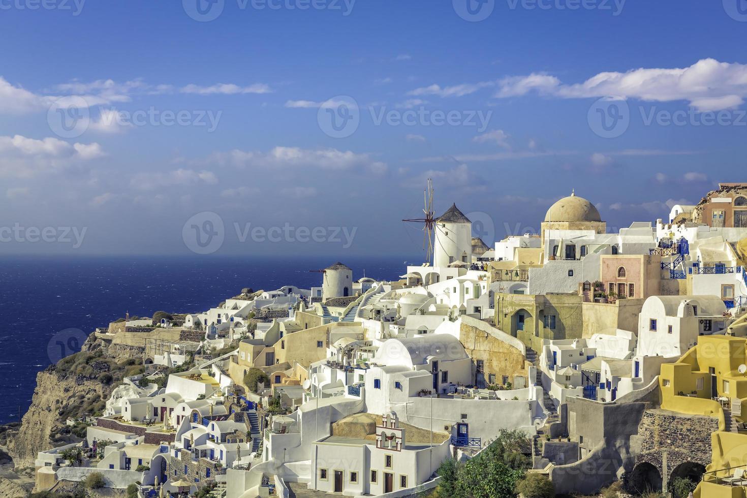 incredibile villaggio di oia nell'isola di santorini, in grecia foto