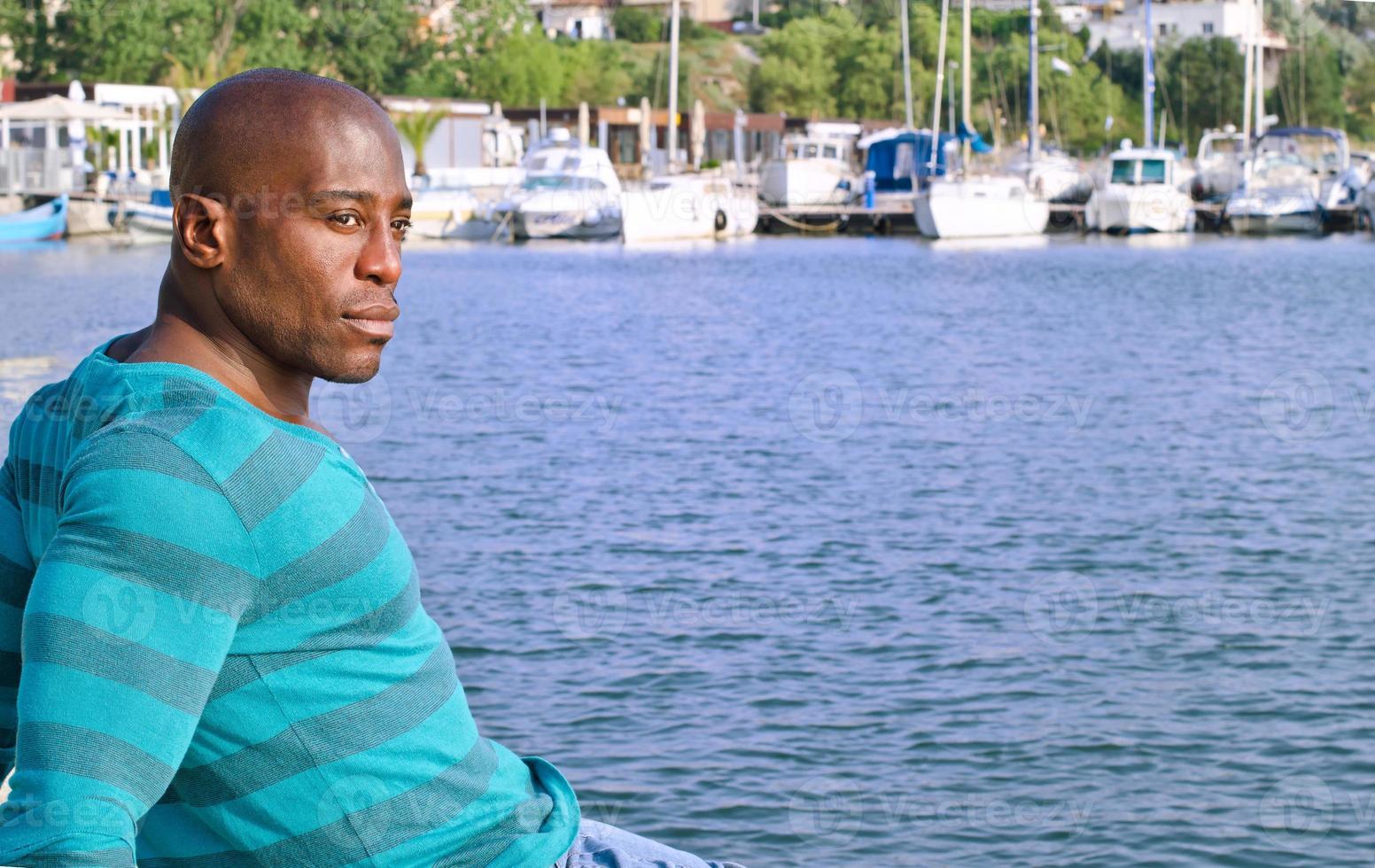 uomo di colore bello che si distende e che gode dell'estate. foto