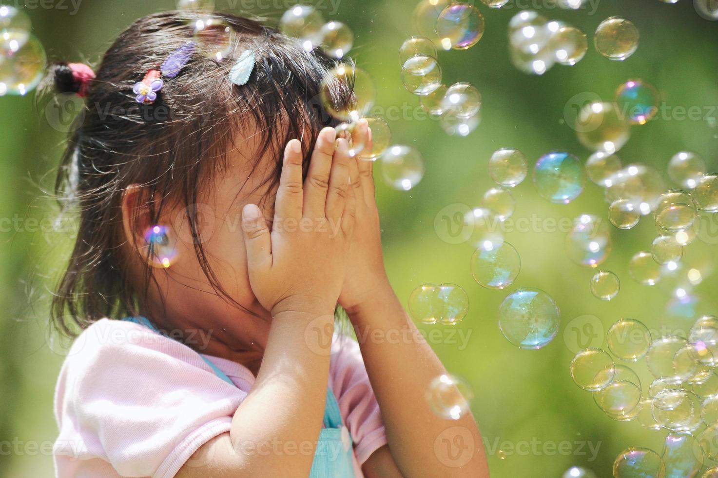 piccola ragazza asiatica in faccia felice foto