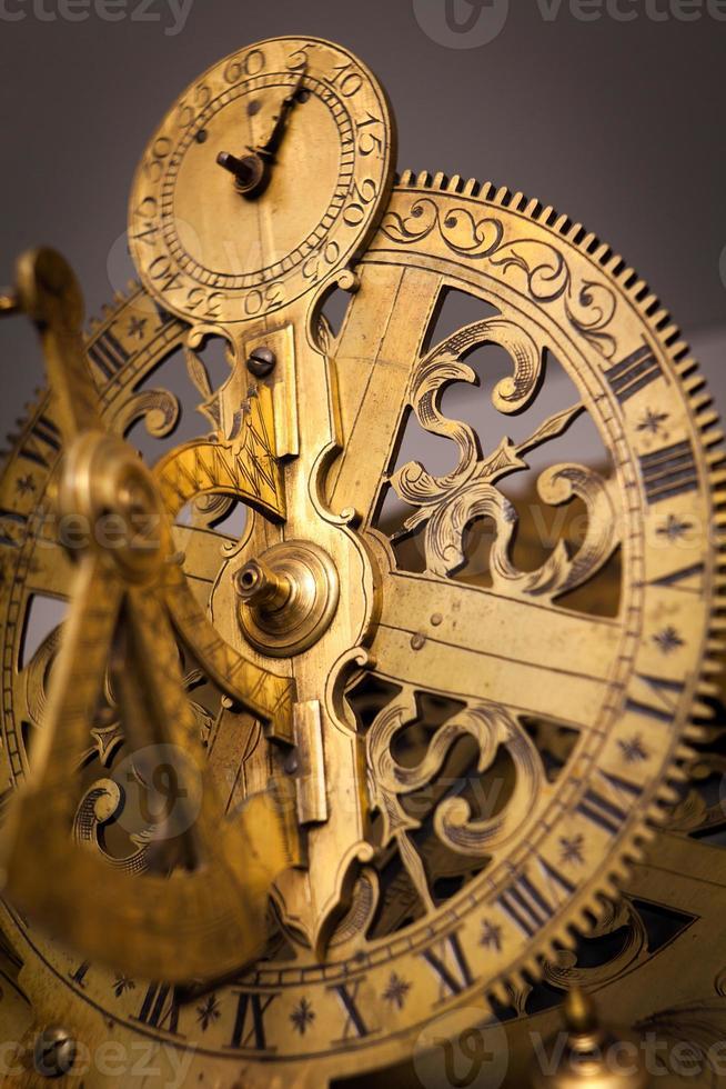 concetto di orologio vintage, cooperazione commerciale, lavoro di squadra e concetto di tempo foto