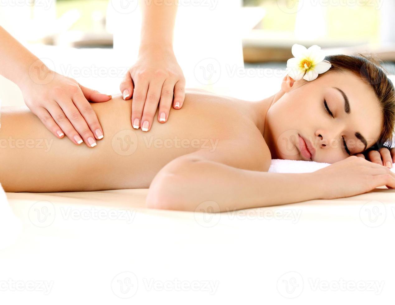 donna spa. primo piano di una bella donna che ottiene il trattamento. foto