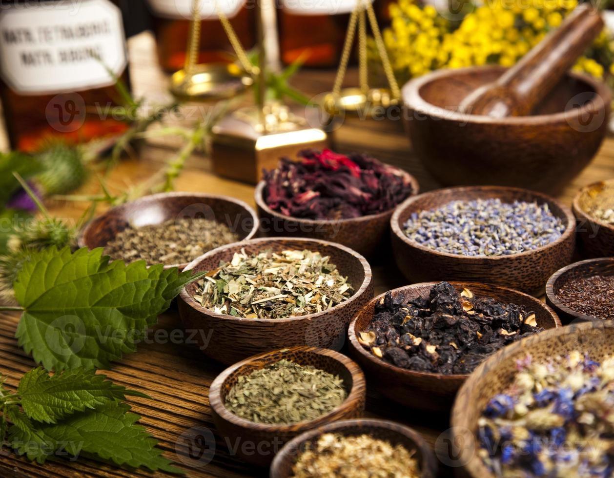 medicina naturale, erbe, mortaio foto