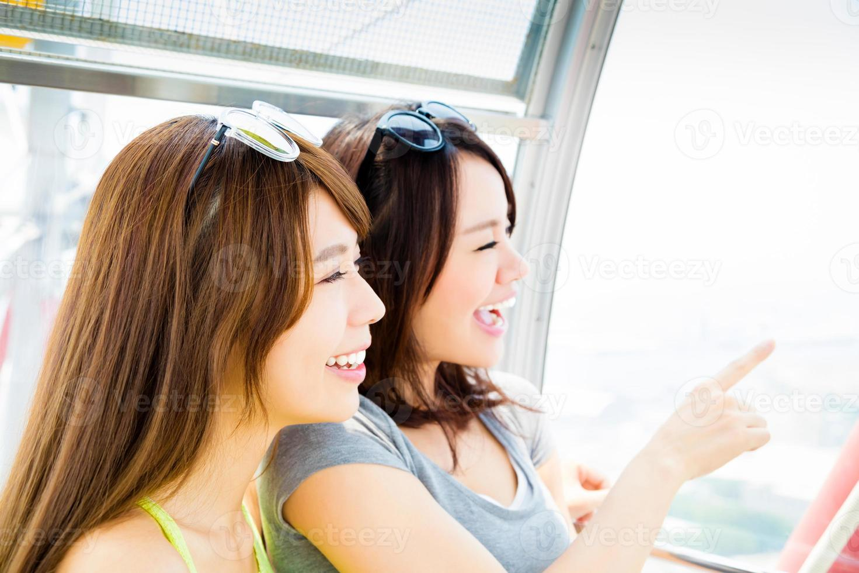 felice giovane donna piace viaggiare e guardare fuori dalla finestra foto