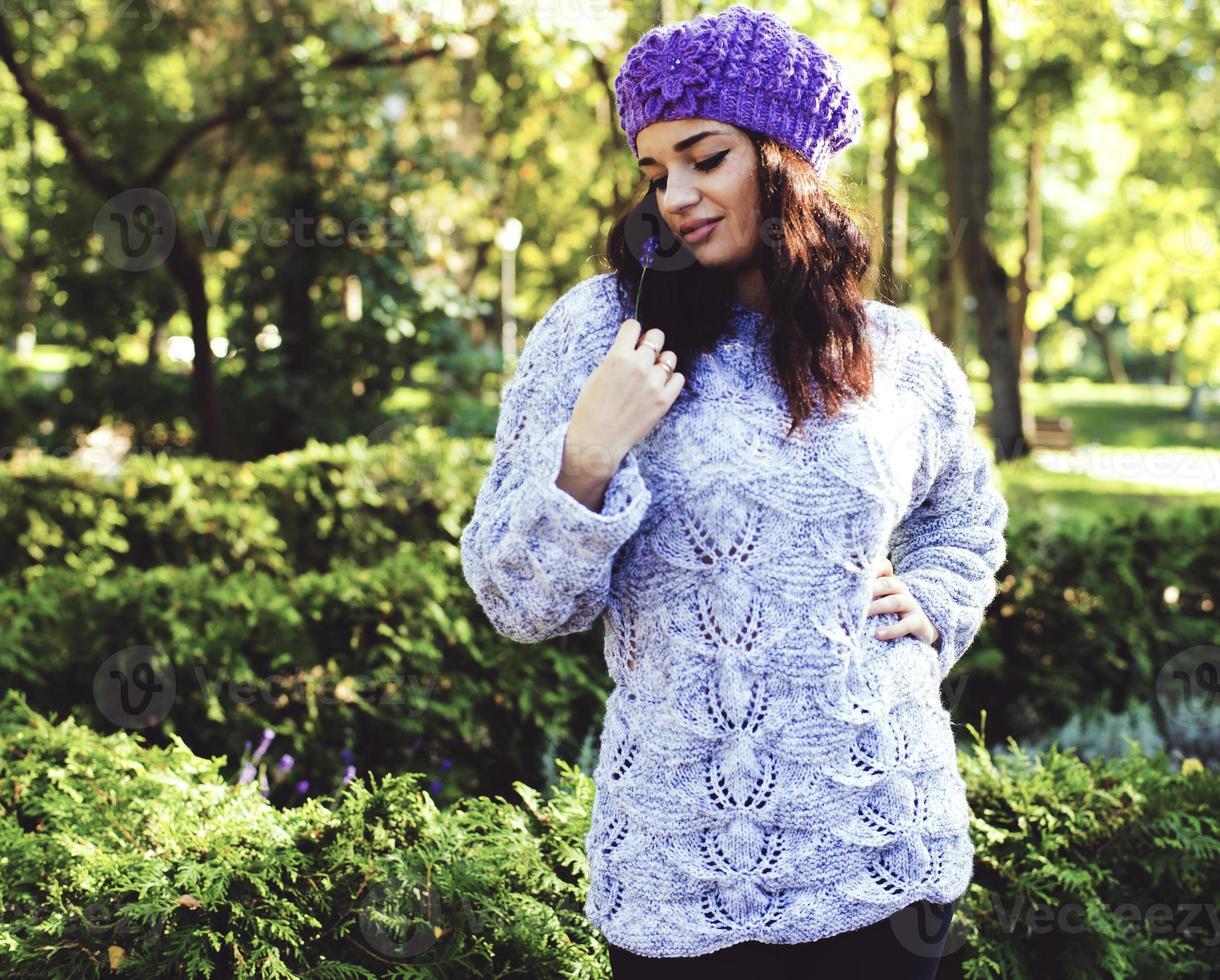 donna in autunno parco in un abito a maglia, godersi la vita foto