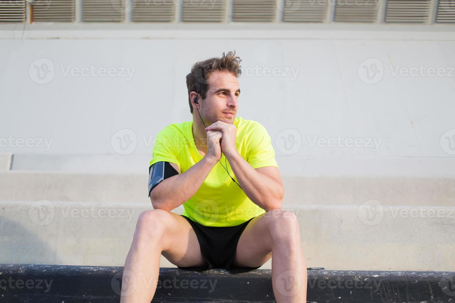 soddisfatto il suo atleta di allenamento godendo il riposo all'aperto in una giornata estiva foto