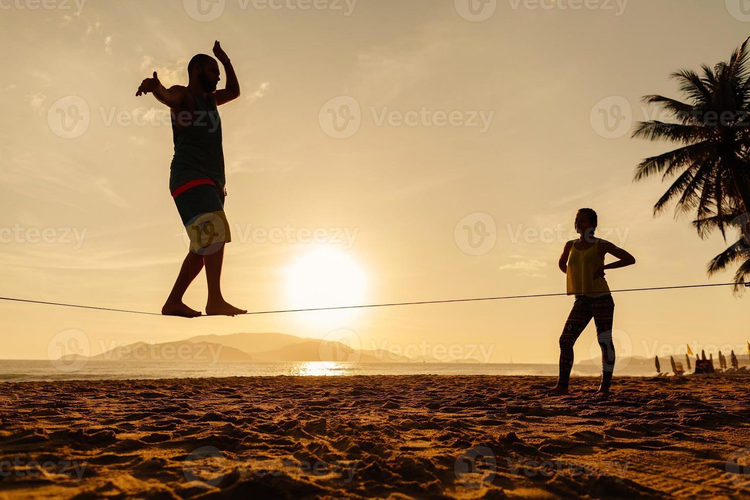 equilibrio di adolescenti sulla silhouette slackline foto