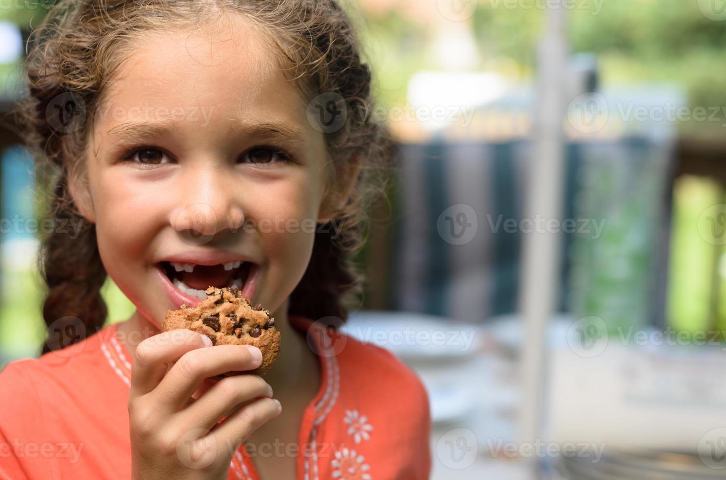 godendo di un biscotto foto