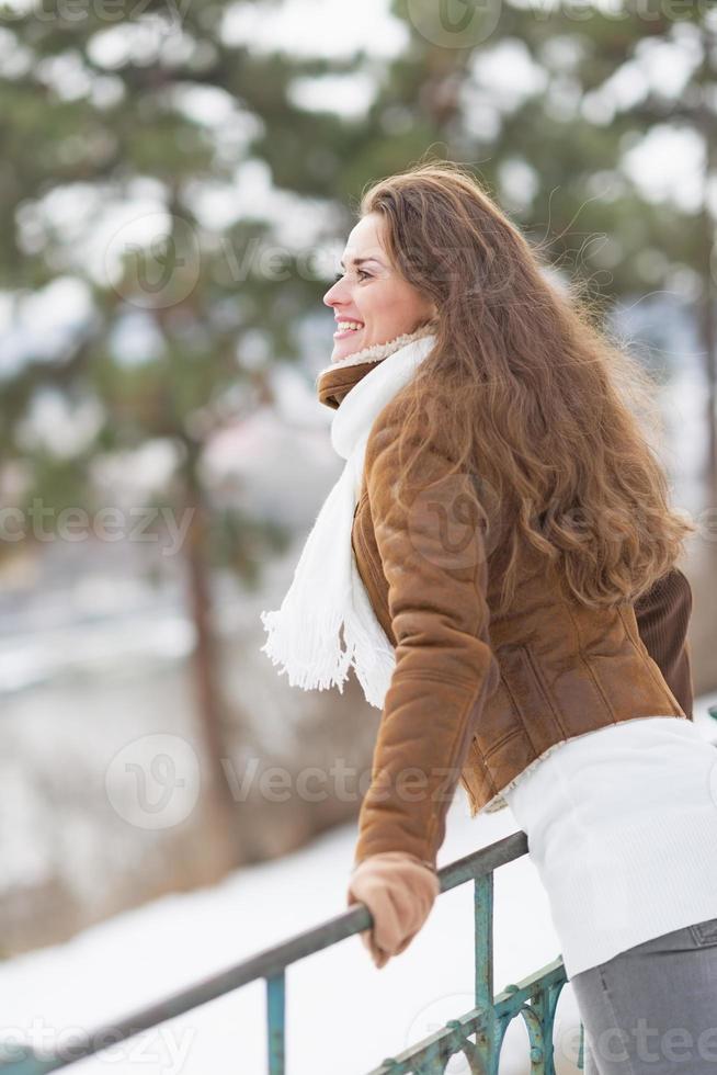 giovane donna felice che gode del parco di inverno foto