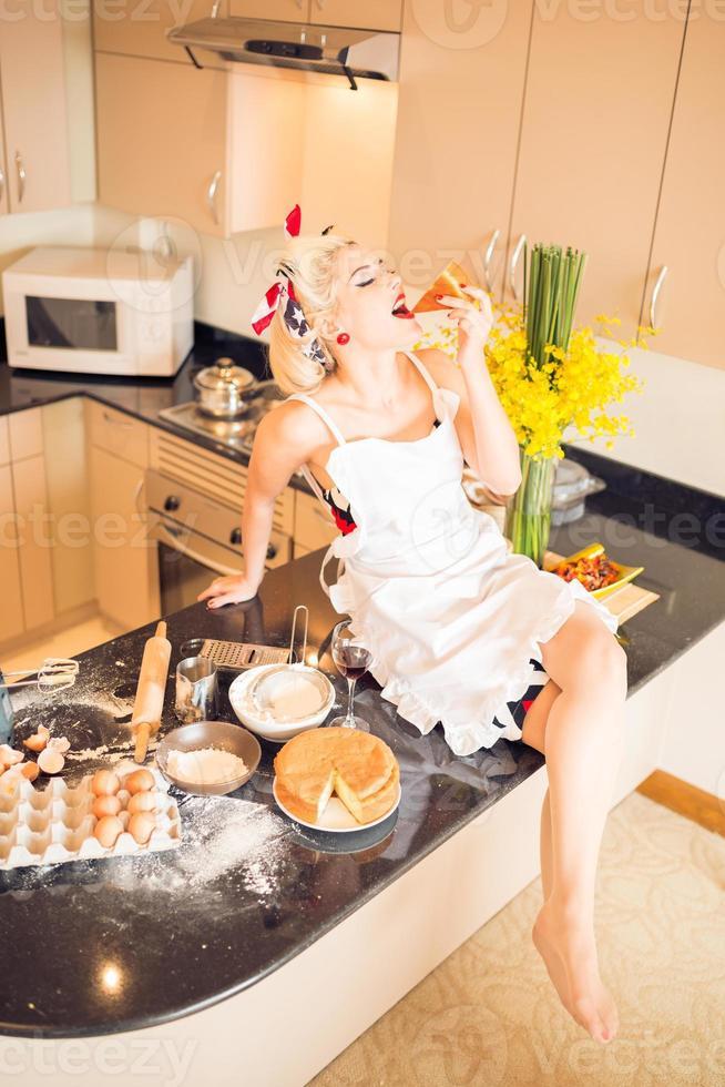 godendo il pezzo di torta foto