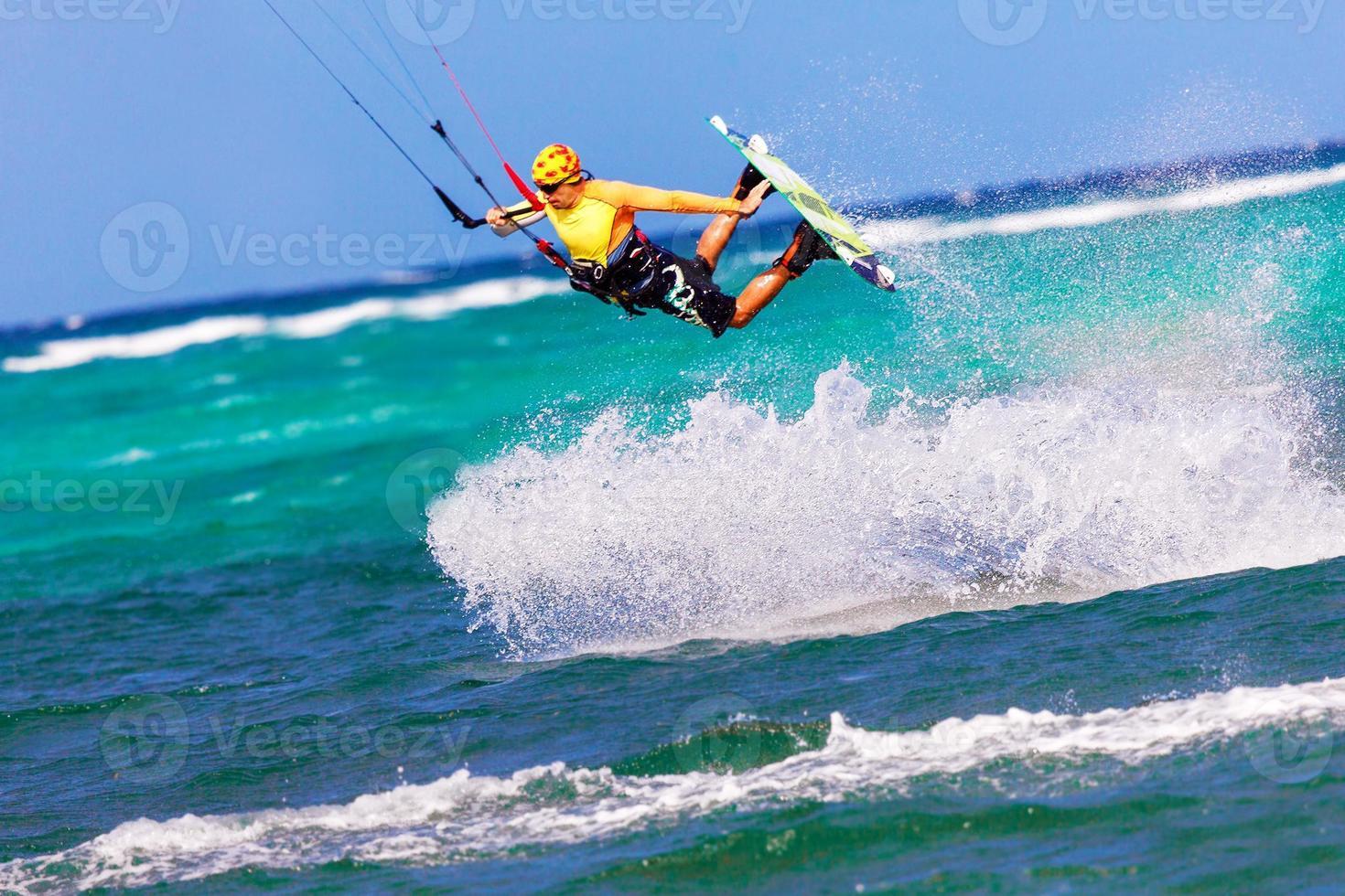 kitesurfer di salto sul fondo del mare sport estremo kitesurf foto