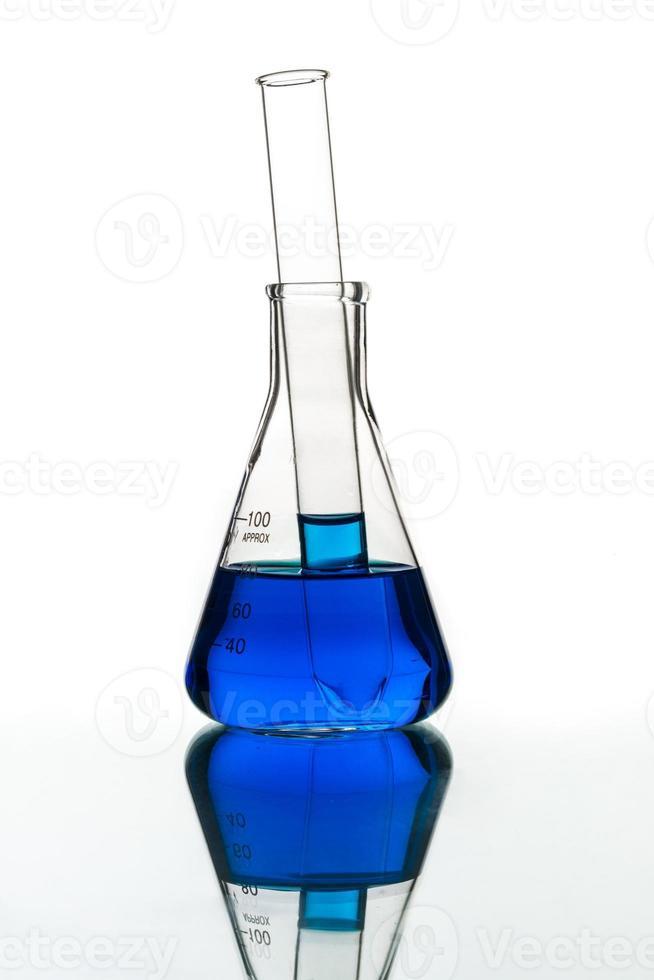 provetta liquido blu, vetreria di laboratorio foto