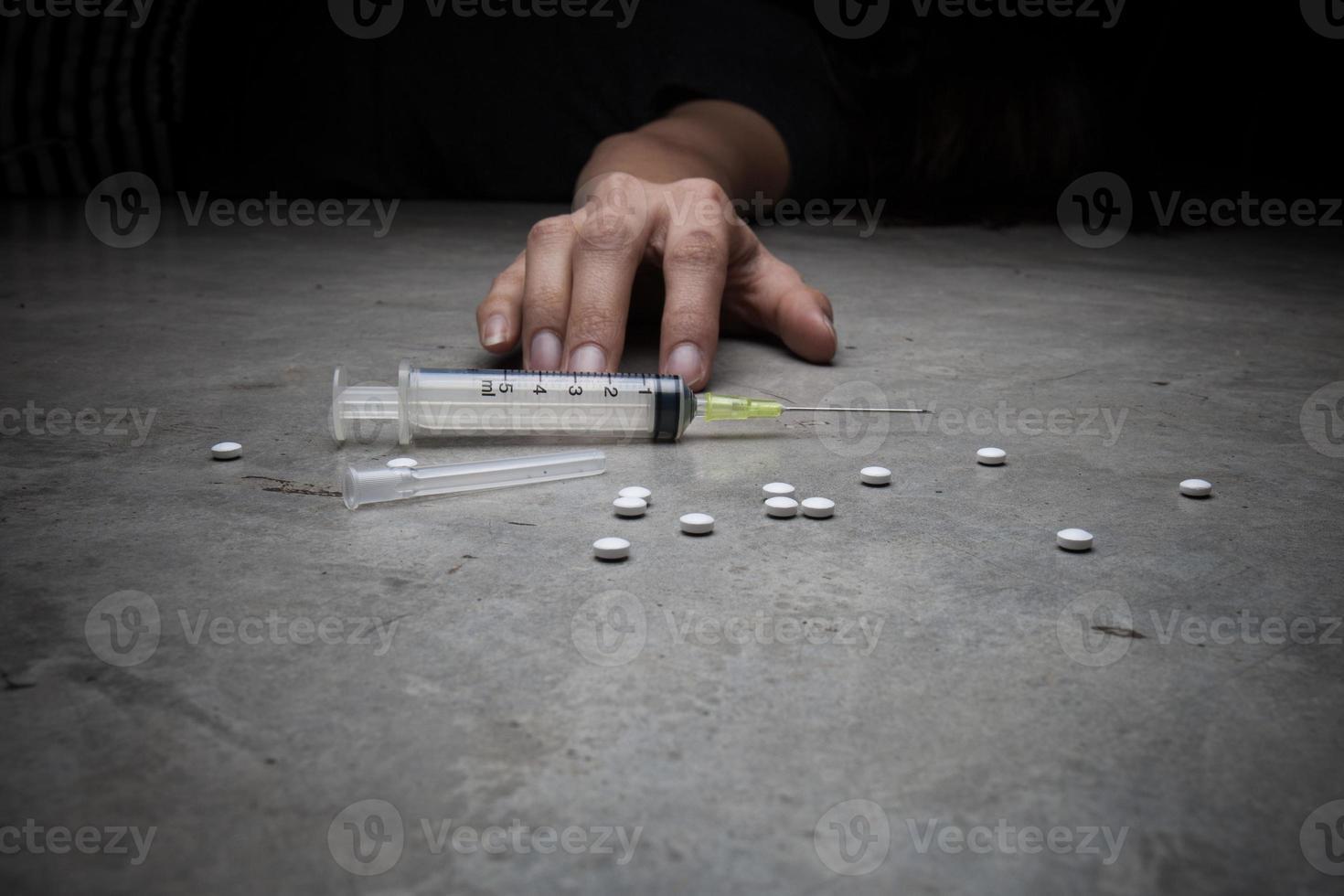 primo piano sul pavimento della siringa con il farmaco. foto