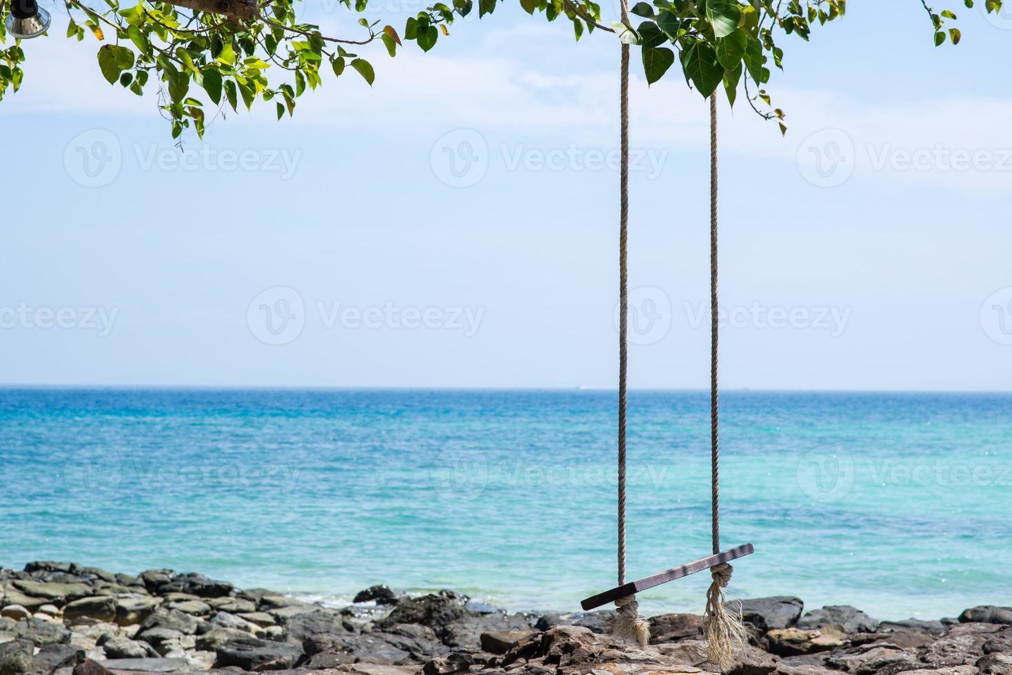 altalena di corda sulla spiaggia foto