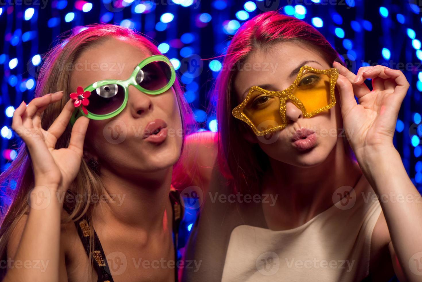 due ragazze di festa con gli occhiali foto