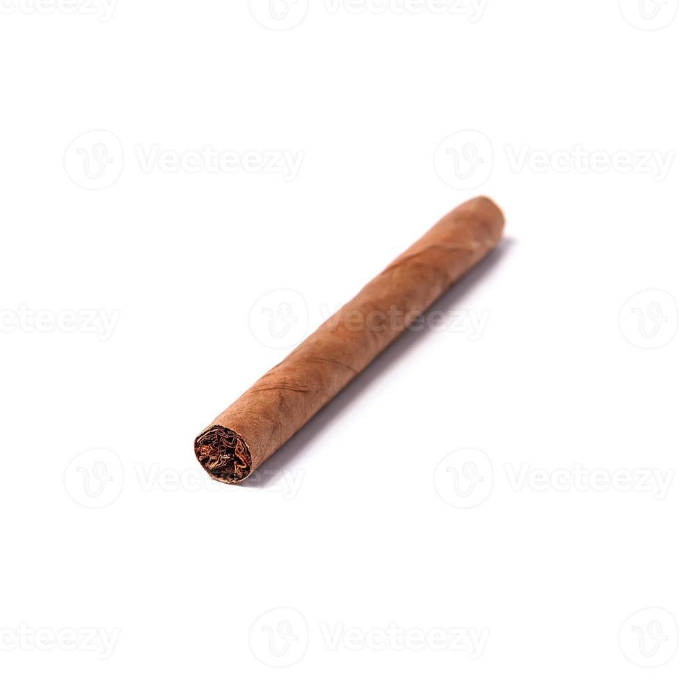 sigaro autentico isolato su uno sfondo bianco foto
