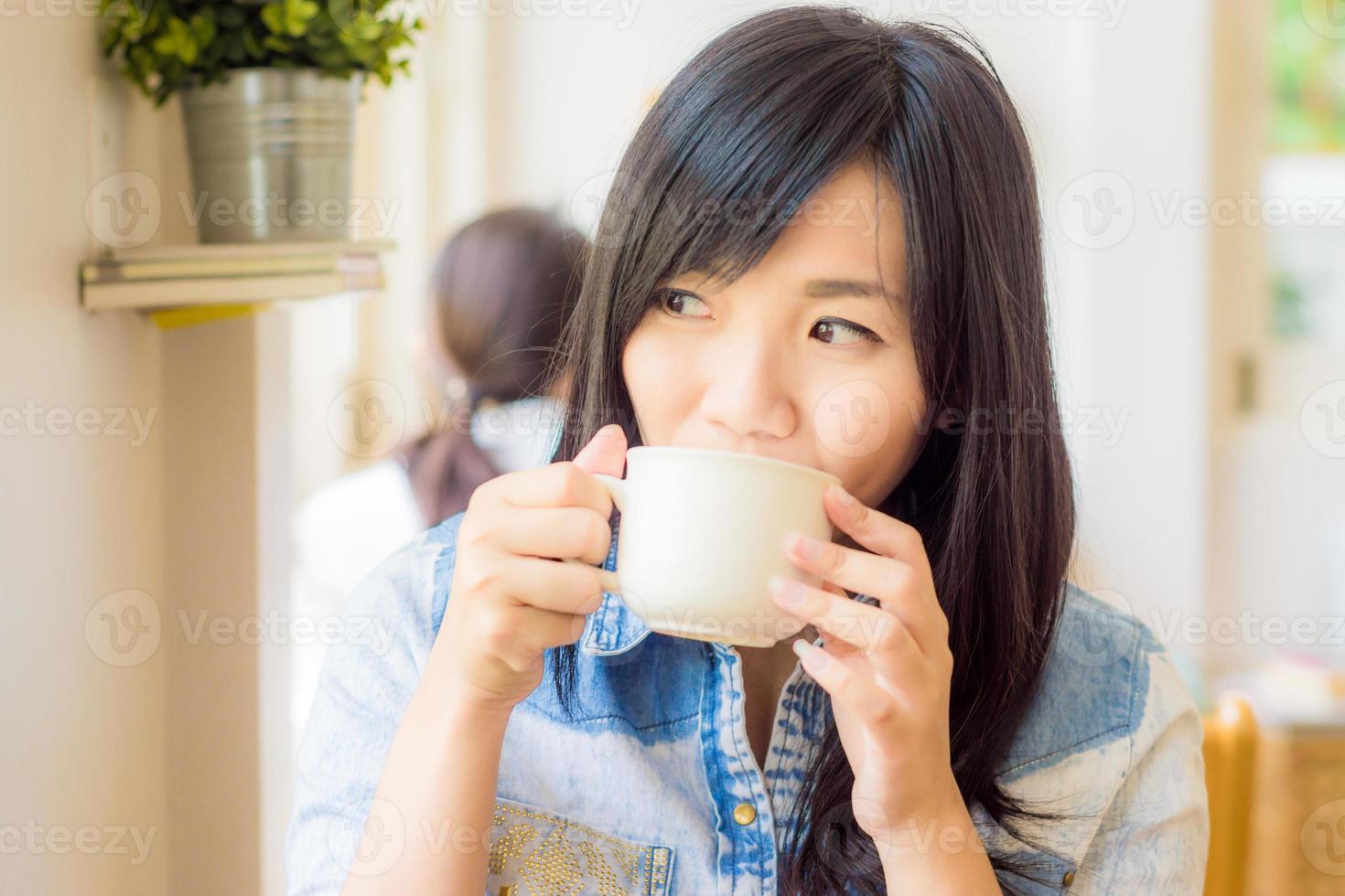 donna con una tazza di caffè sorridente nella caffetteria foto