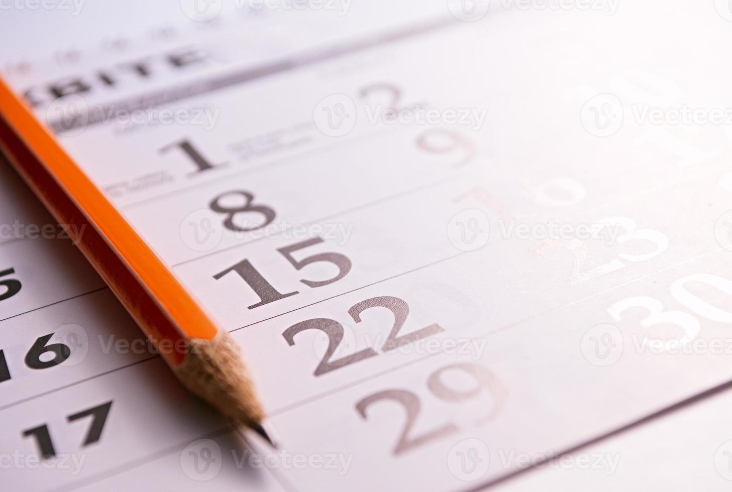 primo piano di una matita sulla pagina di un calendario foto