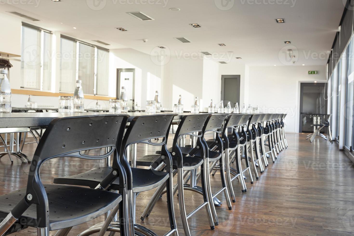 moderna sala conferenze pronta per la riunione foto
