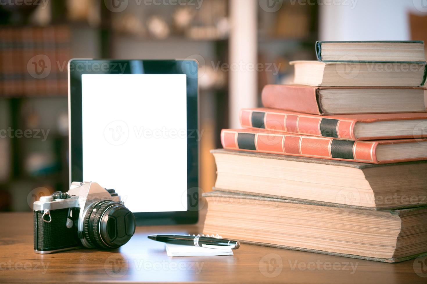tazza di caffè caldo su un computer portatile da tavolo in biblioteca foto