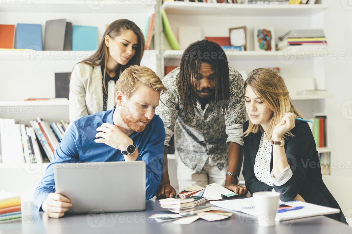 evento di brainstorming tra colleghi di lavoro foto