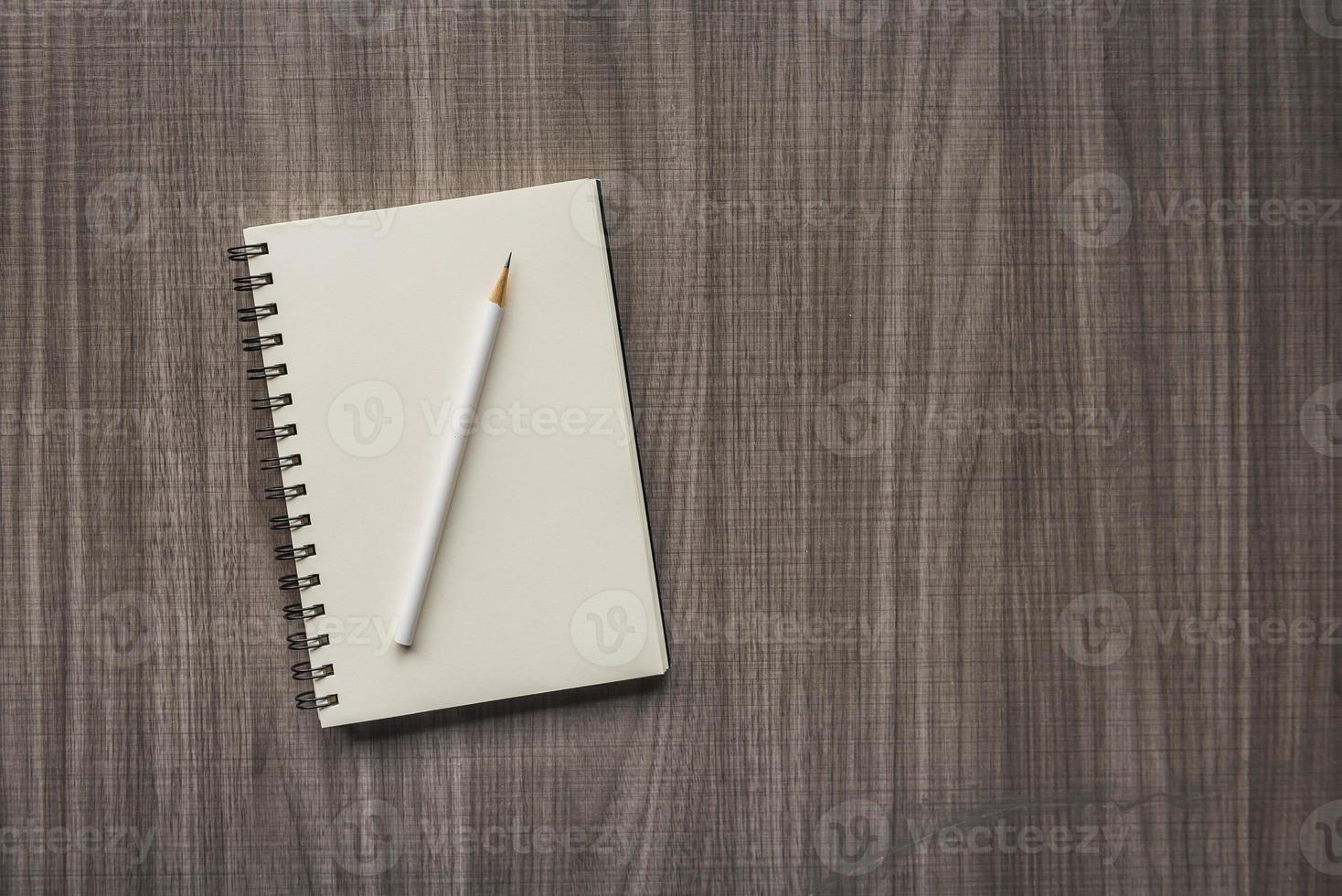 matita bianca con quaderno bianco foto