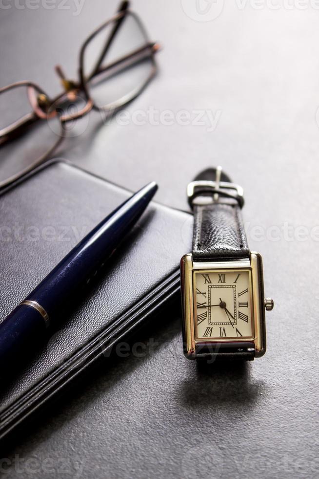 taccuino, matita e occhiali foto
