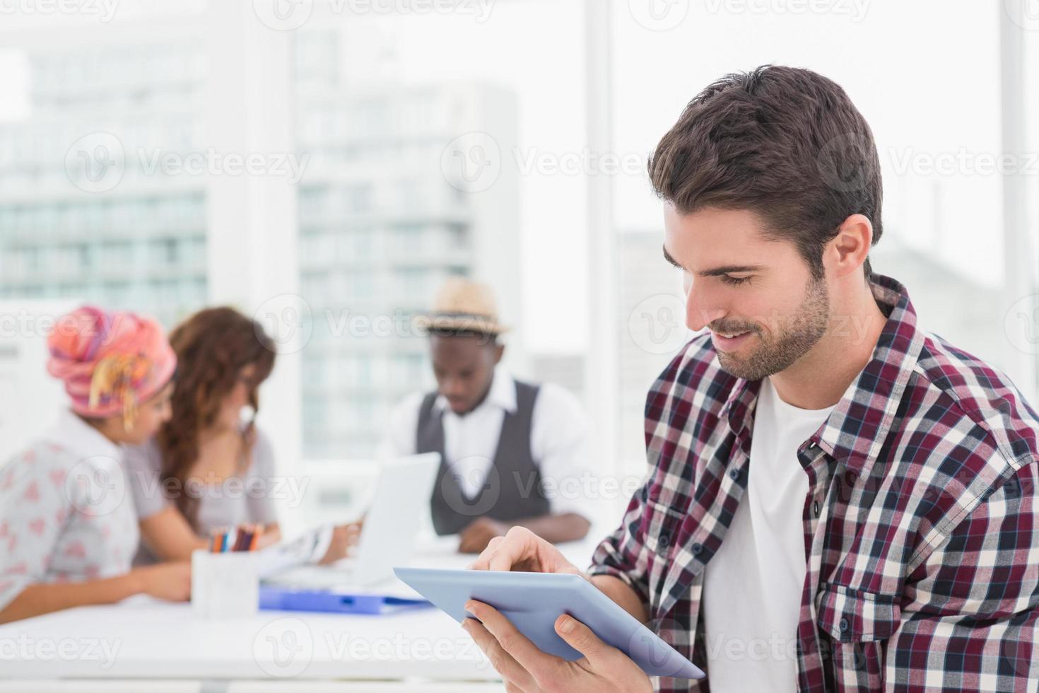 uomo d'affari casuale utilizzando la tavoletta digitale foto