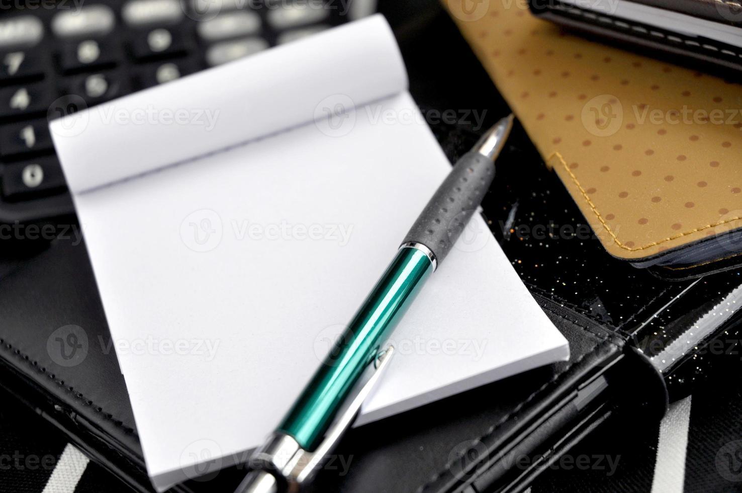 chiudere la penna sul blocco note foto