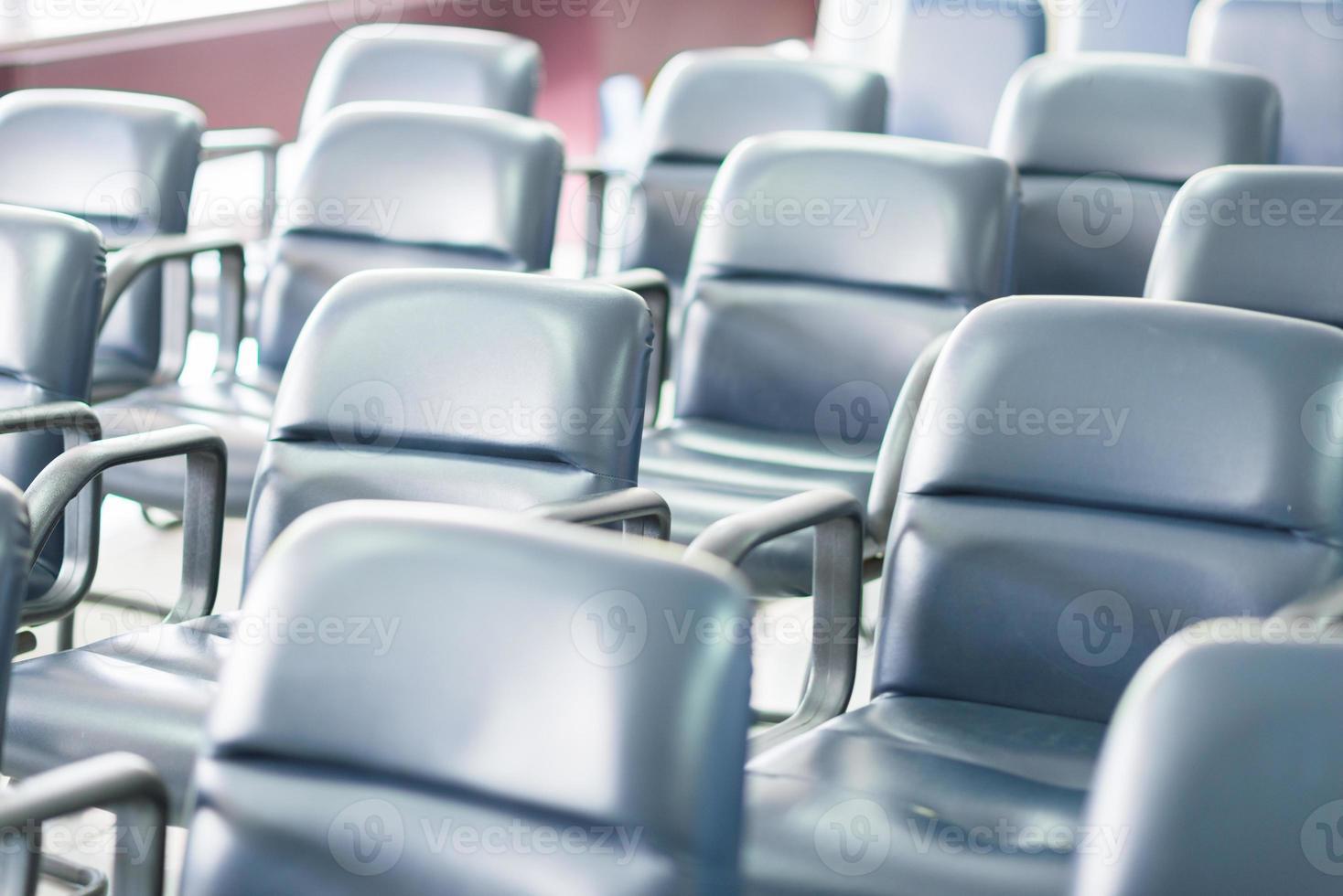 molte sedie da lavoro nella sala riunioni foto