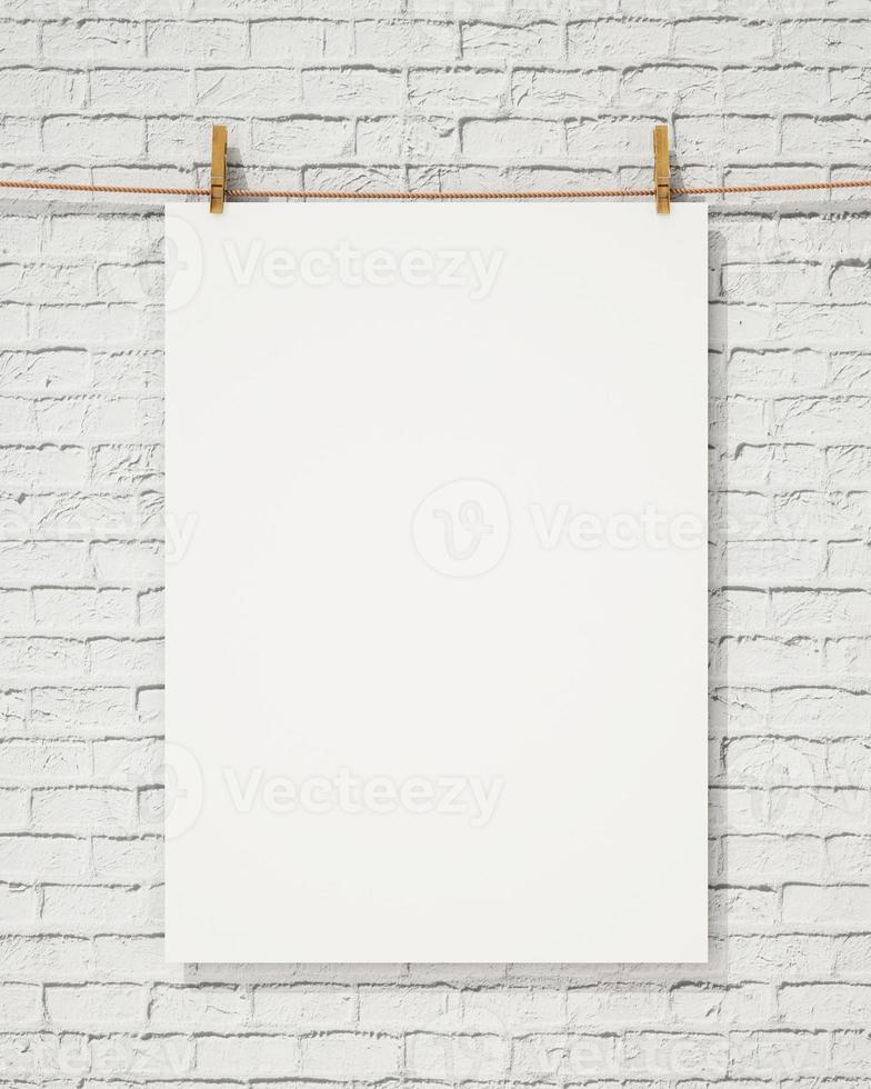 poster bianco bianco appeso con molletta e corda foto