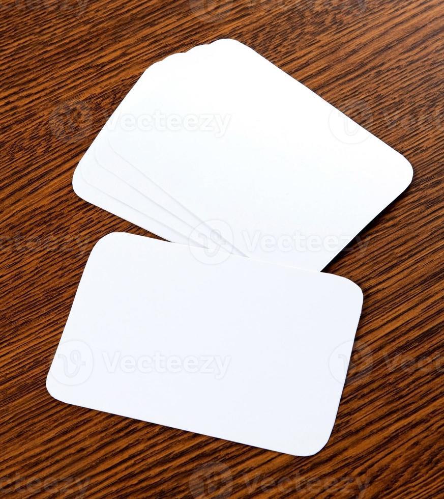 biglietti da visita in bianco su un fondo di legno foto