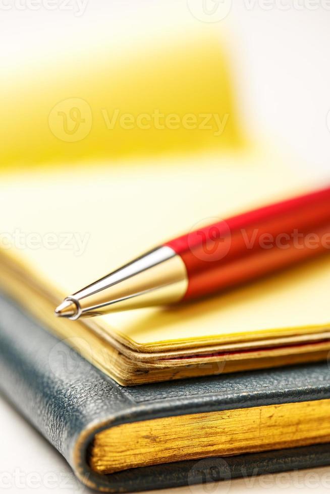 blocchi di carta con penna foto