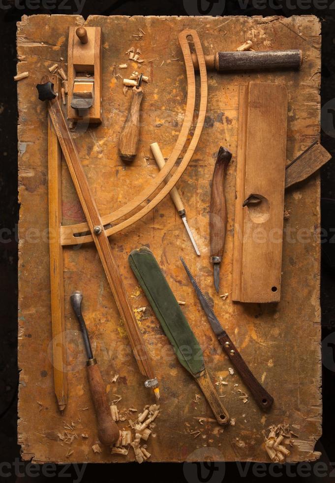 utensili a mano in legno su un vecchio banco da lavoro in legno foto